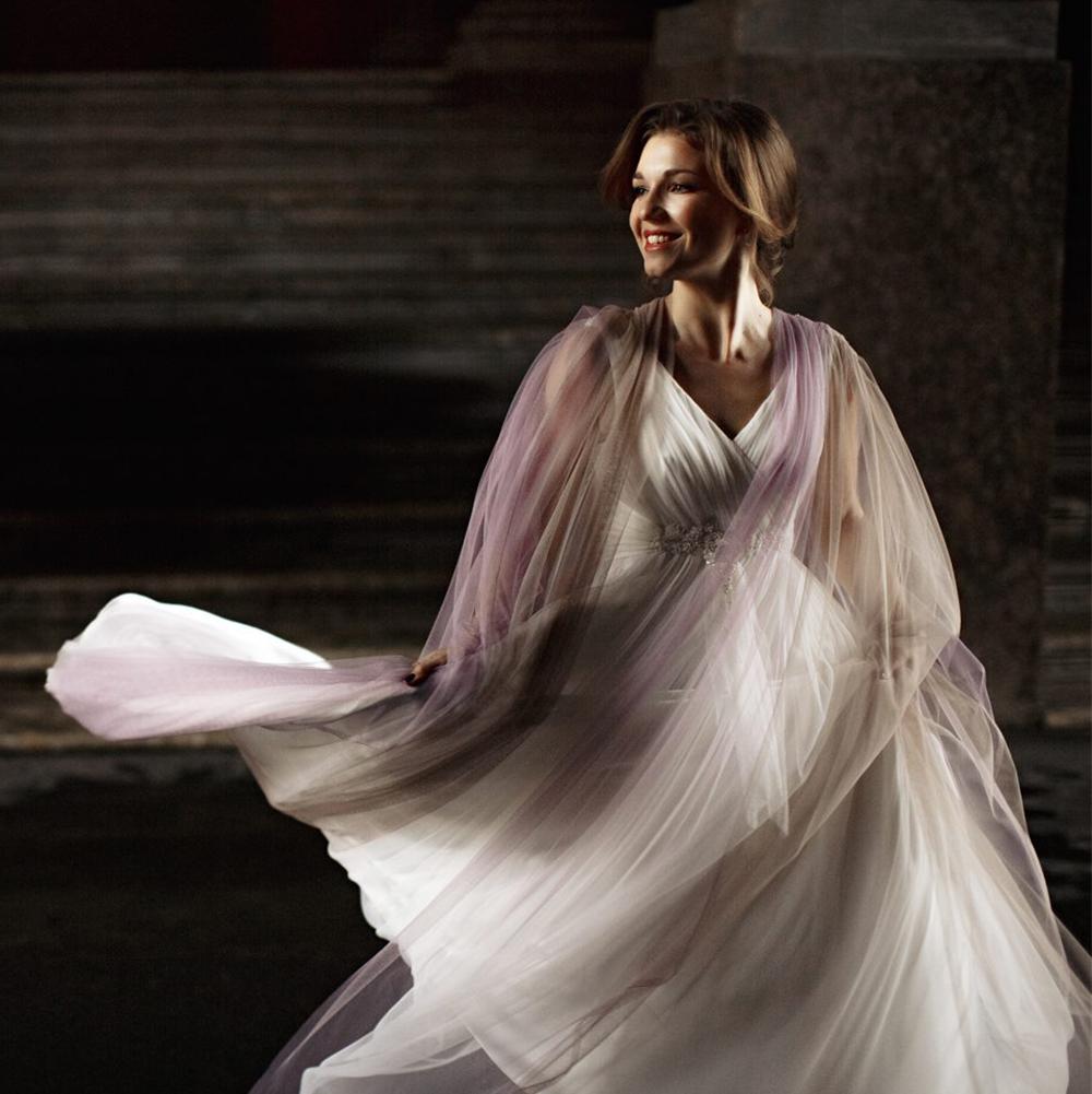 Vestido de novia blanco con tunica de tul